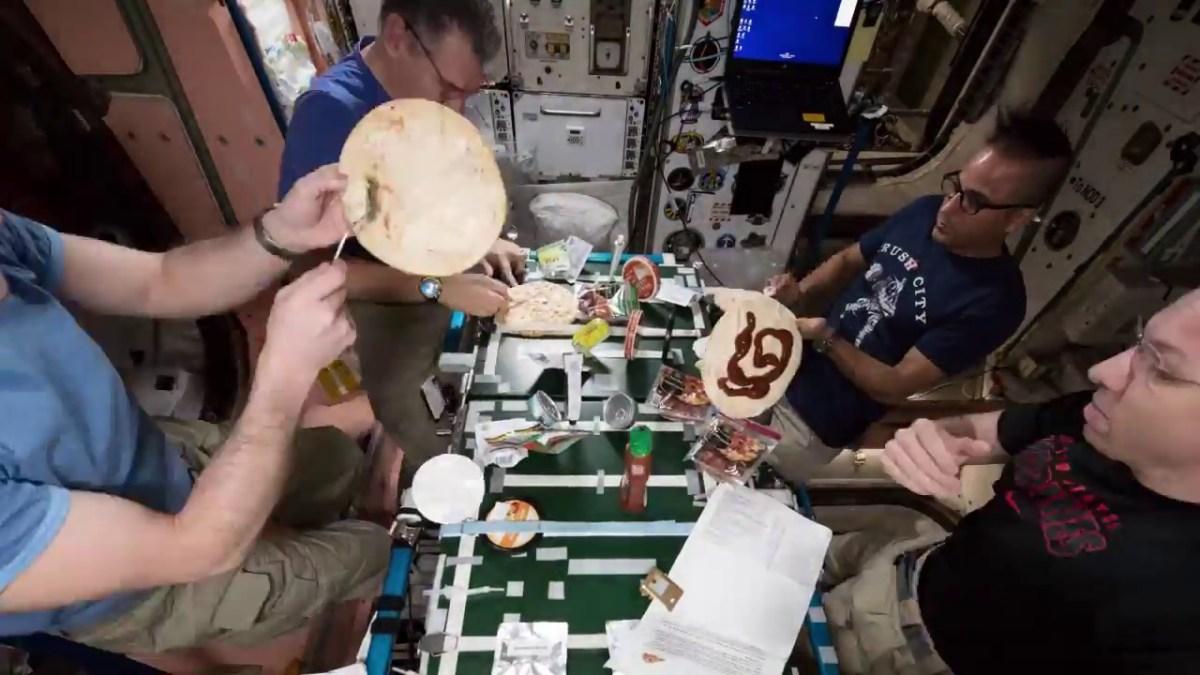 Astronauten machen Pizza auf der ISS