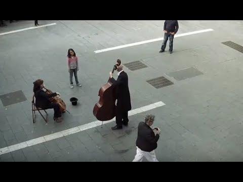 """In einem super guten Flashmob bekommt ein Mädchen mehr """"Ode an die Freude"""", als sie bezahlte"""