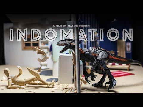 """Im Stop-Motion-Kurzfilm """"INDOMATION"""" wird eine Holzfigur von einem Raptor verfolgt"""