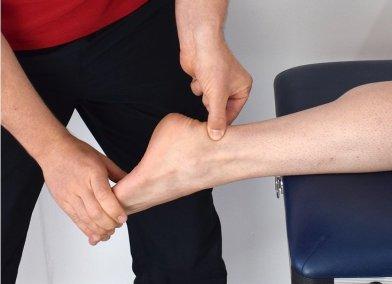Akillesjännekipu tuntuu tyypillisesti noin 5cm kantapäästä ylöspäin. Puristaessa jännettä se voi olla kipeä ja siinä voi tuntua sukkulamainen turvotus.