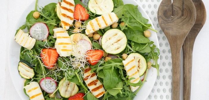 Salade met gegrilde courgette en halloumi