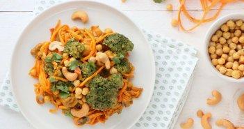zoete aardappel noedels met broccoli curry