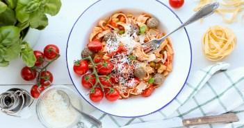 tagliatelle met tomatensaus en gehaktballetjes