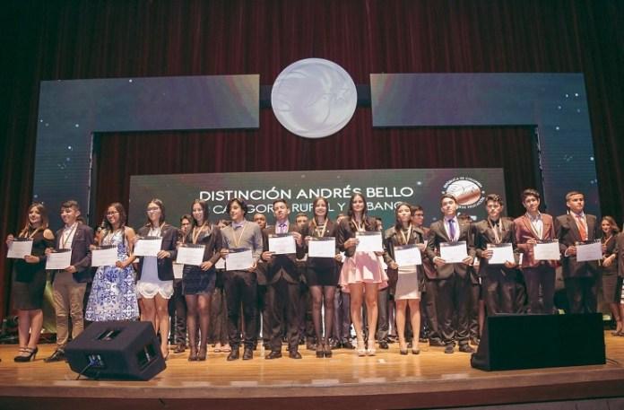 En 'La Noche de los Mejores', los estudiantes de distintas universidades con los 20 puntajes más altos en las pruebas Saber PRO recibieron medalla y diploma.