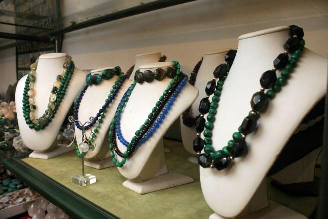 Ogrlice na polici