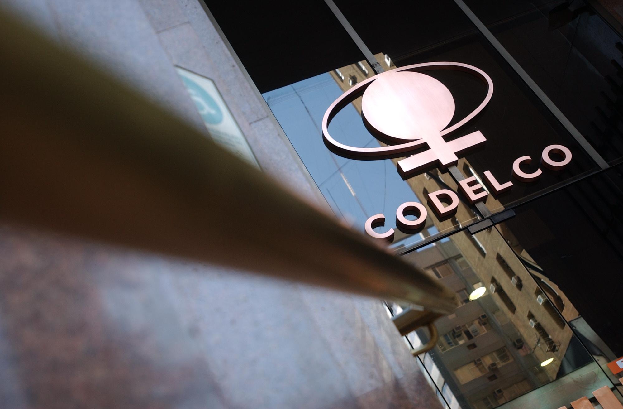 Sindicato de supervisores llega a la casa matriz de Codelco para protestar por bono ofrecido