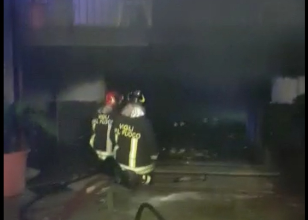 Esclusiva Acerra Incendio In Una Villetta Agenti Di