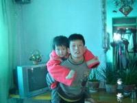 小盛伟背着三岁的妹妹去要妈妈