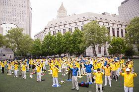 五月十八日,法轮功学员在纽约中国城哥伦布公园集体炼功