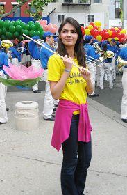 图4.伊朗默多克大学新闻传媒专业学生加扎娜在曼哈顿中国城集会上