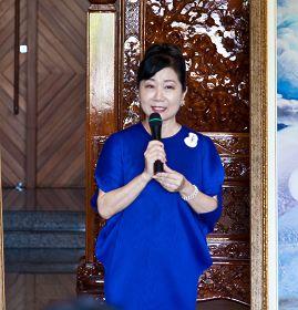 """图11:艺文团体理事长组成的协会主席蓝黄玉凤说:""""真善忍美展展现了文艺复兴以来写实的真功夫。"""""""