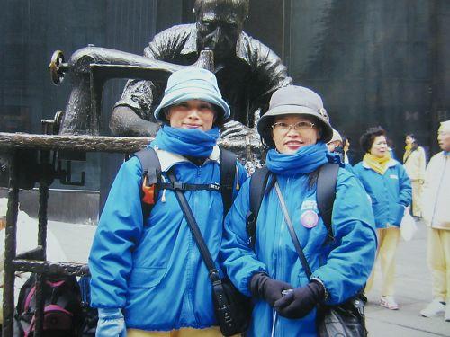 图1:林女士(左)于二零零六年和姐姐一起参加纽约法会期间的遊行。