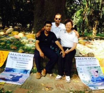 图4:新学员Jahid(左),Anwar(中)和老罗(右)弘法结束后在Ramna