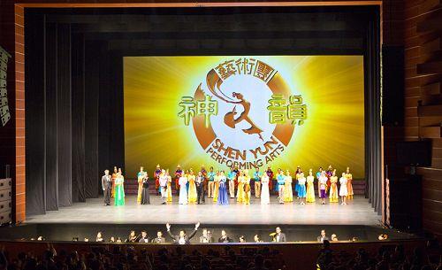 中国大陆不同省市的企业家、官员等都组团出国看神韵,图为2月15日晚上,神韵国际艺术团在韩国大邱的第二场谢幕,观众掌声不绝。