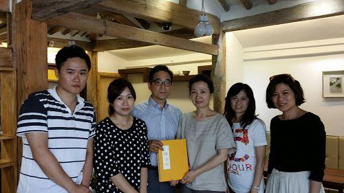 图四:了解真相后的游客与负责首尔天梯书店运营的赵法官夫妇合影留念