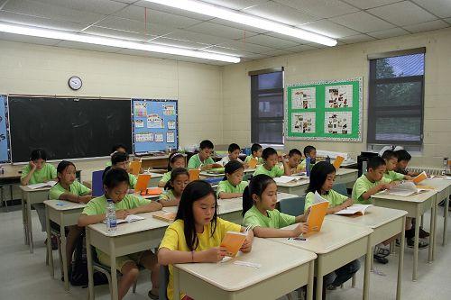二零一二年多伦多明慧学校暑期班,法轮大法小弟子们在学习法轮功著作