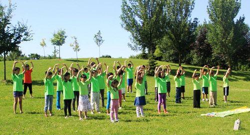二零一三年多伦多明慧学校暑期班,Sunny(前排中间)参加集体炼功。