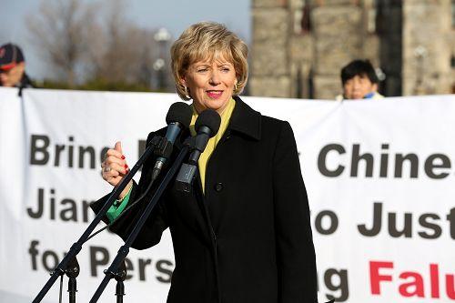 加拿大自由党国会议员朱迪•斯格若(Judy Sgro)在法轮功学员于国会山举行的大型集会上发言
