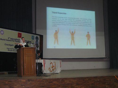 玛赫纳兹在国际学术会议上介绍法轮功