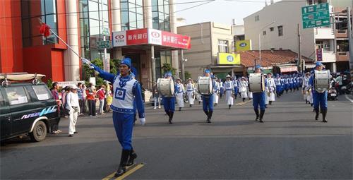 '图1~2:天国乐团参加台湾万丹红豆节踩街。'