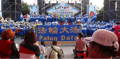 '图3:天国乐团在万丹红豆节的舞台上表演。'