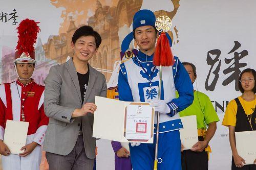"""'图5:叶泽山说:""""感谢参加的乐团为提升台南的音乐文化、活络地方艺文发展所作贡献。""""并颁感谢状给法轮大法天国乐团。'"""