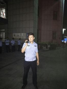 七月十二日凌晨三点半左右,在来了十四辆警车、一车特警抢夺杨玉永遗体