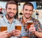 pasar-buen-rato-bar-tres-hombres-jovenes-felices-ropa-casual-brindando-cerveza-sonriendo-mientras-estan-sentados-barra-bar-juntos_425904-28915crop