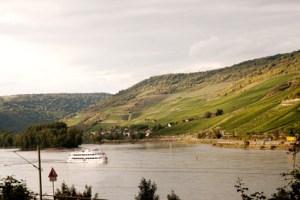 bateau avec passager sur le Rhin