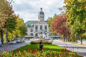 Si vous connaissez bien Montréal vous avez peu être reconnu le bâtiment que l'on aperçoit dans la première case !