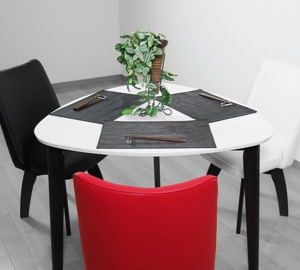 pequeños muebles de comedor de mesa triangular negro sillas rojas blancas