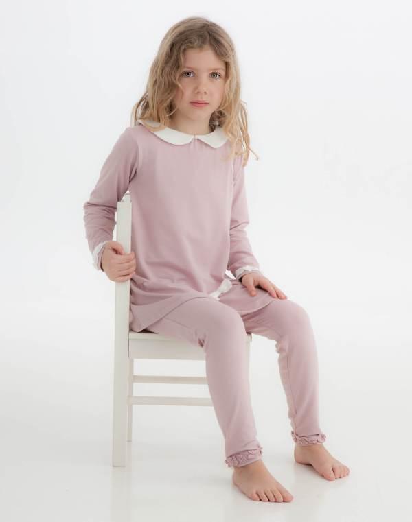 Tunika på modell sittende på stol