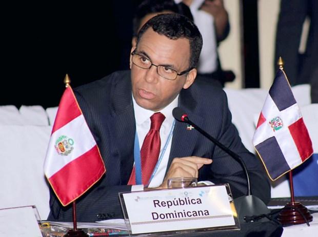 imagen Ministro Andrés Navarro sentado palnteando una nueva cidadania desde las aulas en consejo directivo de la OEI