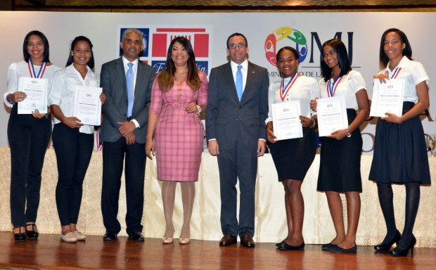 imagen Ministros Andrés Navarro y Robiamny Balcácer junto a parte de los 126 estudiantes que recibieron becas universitarias