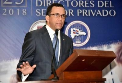 imagen Ministro Andrés Navarro de pie desde podium exponiendo dircurso