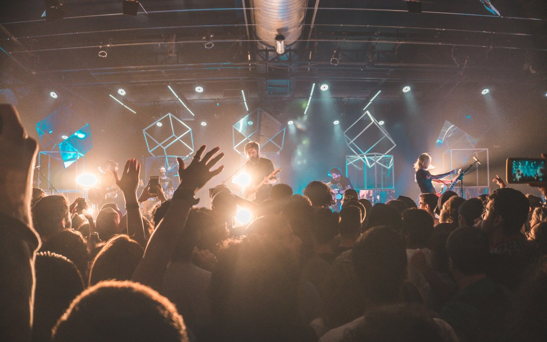 6 Simple (and Healthy) Ways to Grow Youth Ministry Worship Attendance