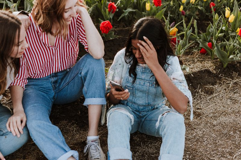 Setting boundaries in dating - limit your time on dating apps CREDIT Priscilla du Preez on Unsplash