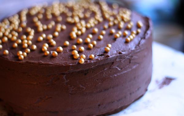 Enkel sjokoladekake med tre lag.