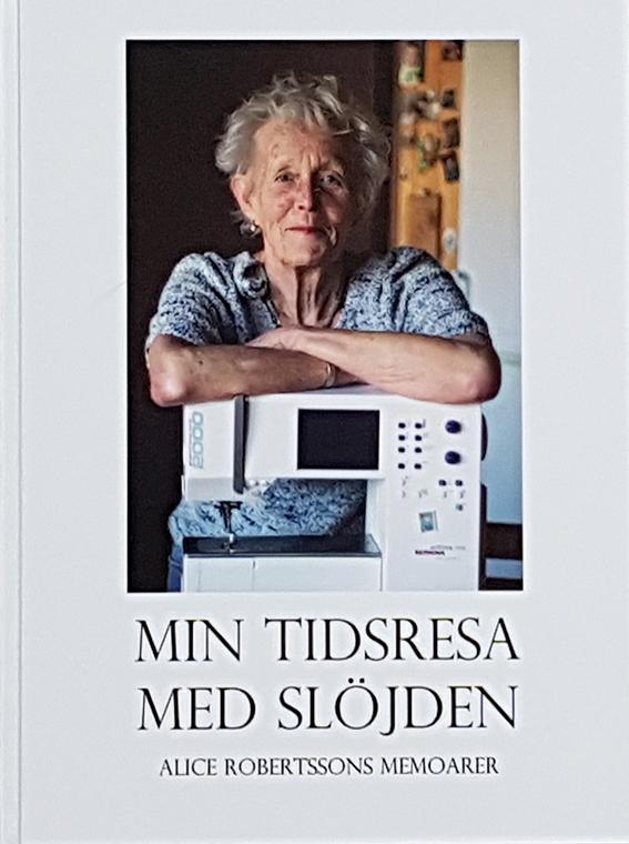 """Omslaget till Alice Robertssons memoarer med titeln """"Min tidsresa med slöjden"""". Text av Pia Hintze, producera av Min Memoar. Bilden visar Alice Robertsson och hennes symaskin."""