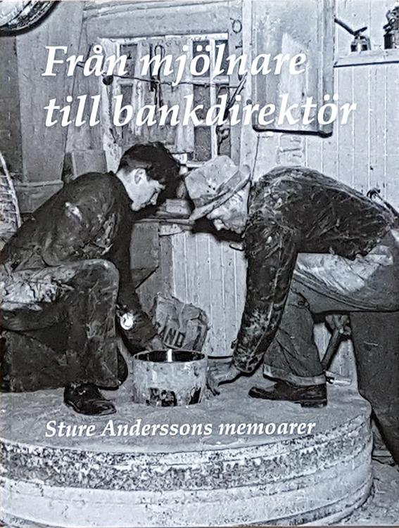 """Omslag till Sture Anderssons memoarer """"Från mjölnare till bankdirektör"""". Skriven av Pia Hintze. Producerad av Min Memoar. Sture och hans far står ovanpå ett av kvarnhjulen i Kullakvarn, Skölvene."""