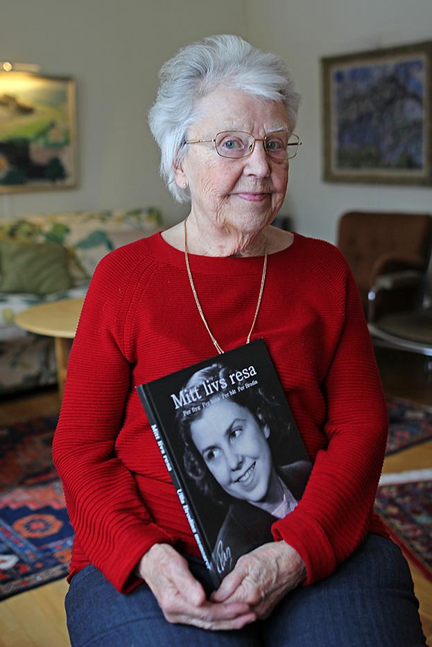 Ulla Brodin med sin memoar Mitt livs resa, författad av Pia Hintze