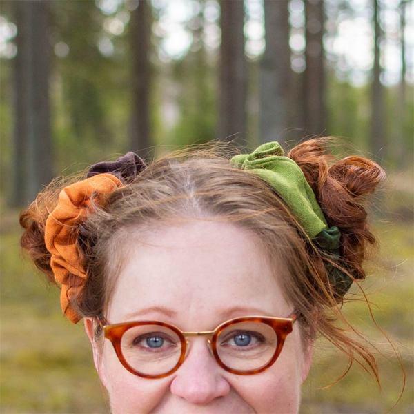 Värikkäät hiuslenkit nutturoiden koristeena