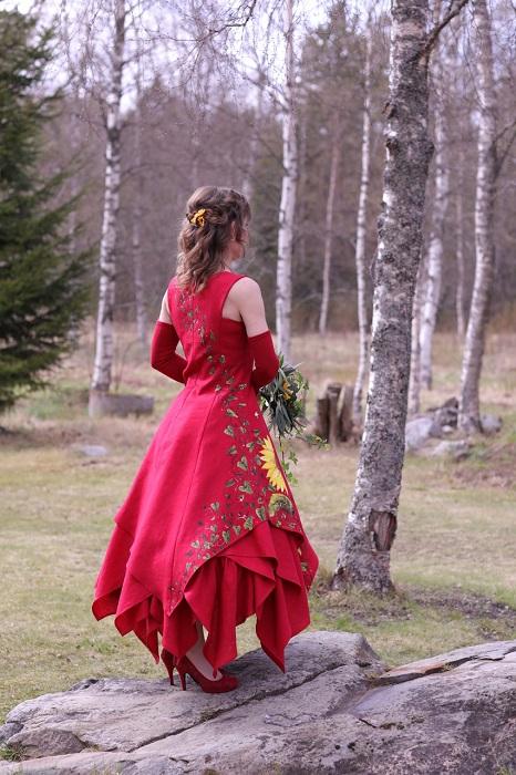 Punainen juhlamekkokokonaisuus takaapäin, Haltiamekko yläosana ja kerroksellinen leveä hame