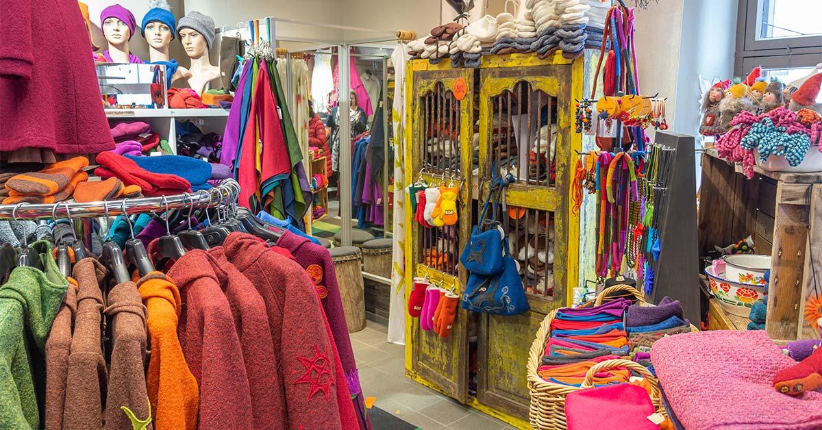 Minna Suurosen myymälä Kuopion Kauppahallissa on täpösen täynnä värikkäitä villa- ja pellavavaatteita.