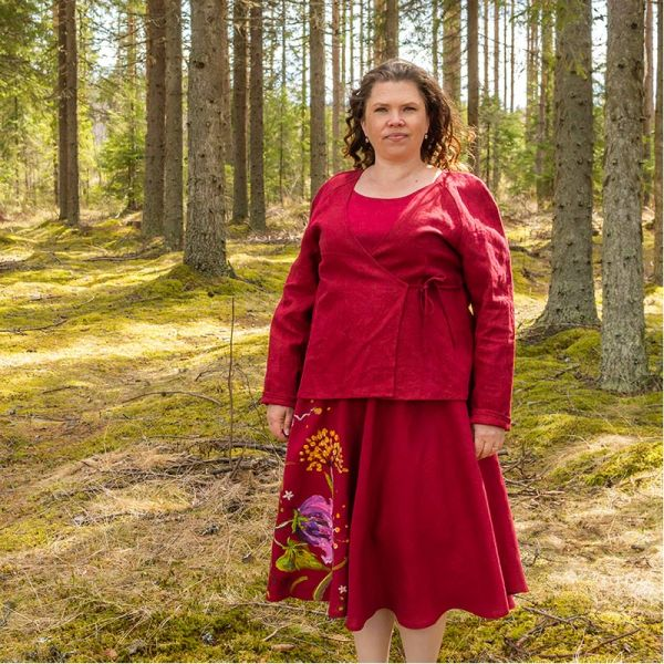 Punainen pellavajakku, kietaistava ja nauhalla eteen solmittava punainen maalatun mekon kanssa