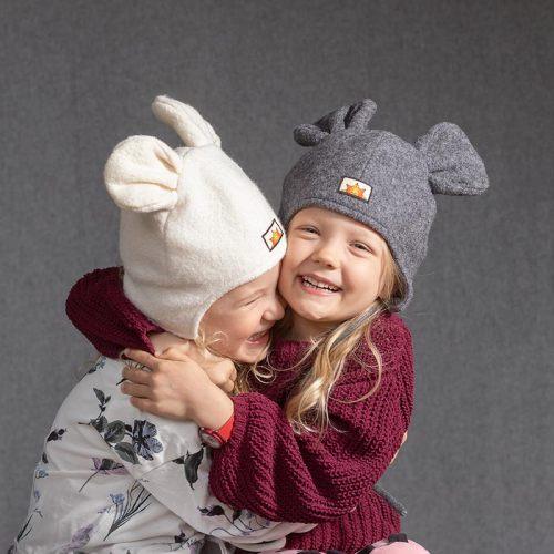Lämpimät vuorilliset ja villaiset talvihatut, toinen valkea ja toinen harmaa. Hatuissa on eläimen korvat, ne ovat hauskan leikkisiä korvahattuja, eläinhattuja.