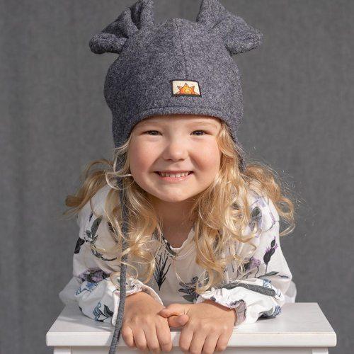Harmaa villahattu lapselle. Vuori puuvillaa. Söpö korvahattu, jonka voi solmia nauhoilla lämpimästi kiinni.