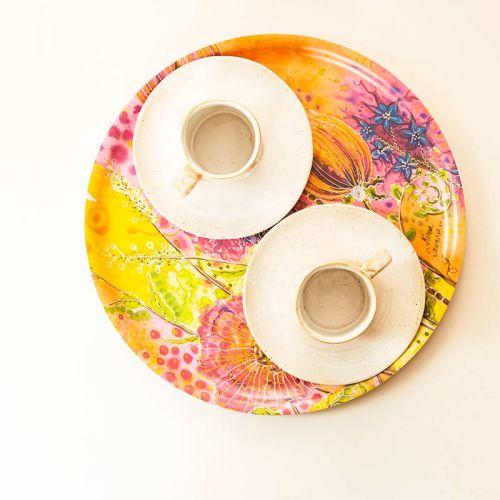 Suuri pyöreä tarjotin, design tarjotin, jossa kukkaniityn kukkia. Sopii koristeeksi tai käyttöön.