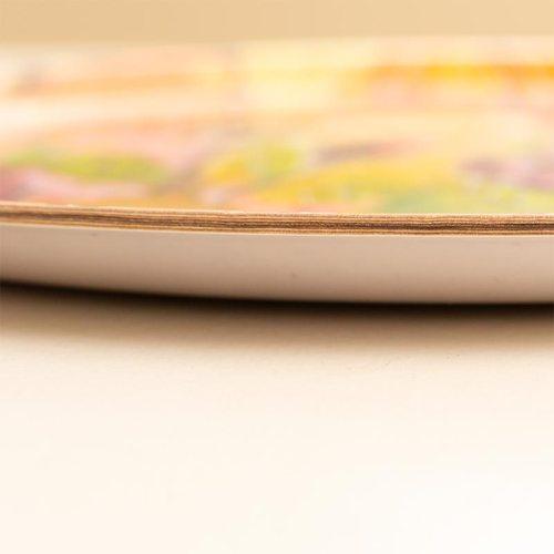 Tarjottimen reuna. Pyöreä iso tarjotin kauniilla värikkäällä kukkakuviolla, Minna Suuronen Design.