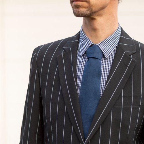 Sininen solmio 100% pellavaa, suomalaista käsityötä, valmistaja Minna Suuronen Oy